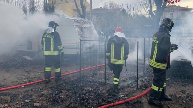 Incendio sul lungomare di Senigallia, i vigili del fuoco in azione