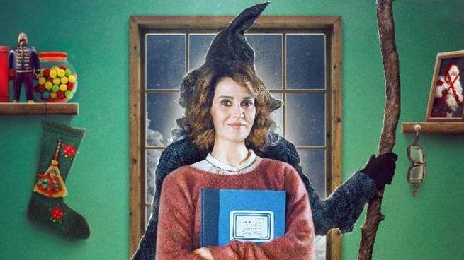 Paola Cortellesi nel film 'La Befana vien di notte' (Ansa)