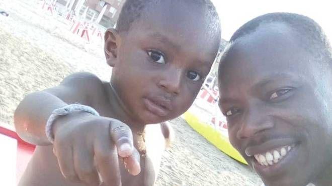 Il piccolo Khadim Ndiaye col padre Mamadou, fornaio e residente a Savignano