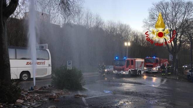 L'acqua zampilla dopo l'incidente (foto: vigili del fuoco)