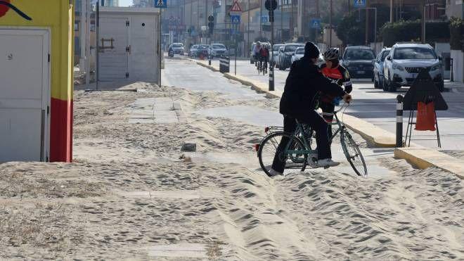 La sabbia sul lungomare nord (foto De Marco)