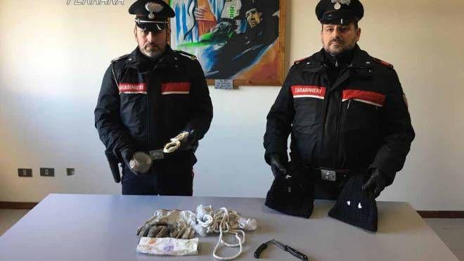 I carabinieri con il materiale sequestrato  ai pregiudicati