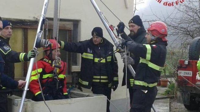 L'intervento dei vigili del fuoco per recuperare il corpo dell'uomo caduto nel pozzo