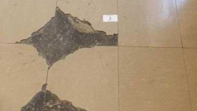 La colla contenente amianto nel corridoio del liceo