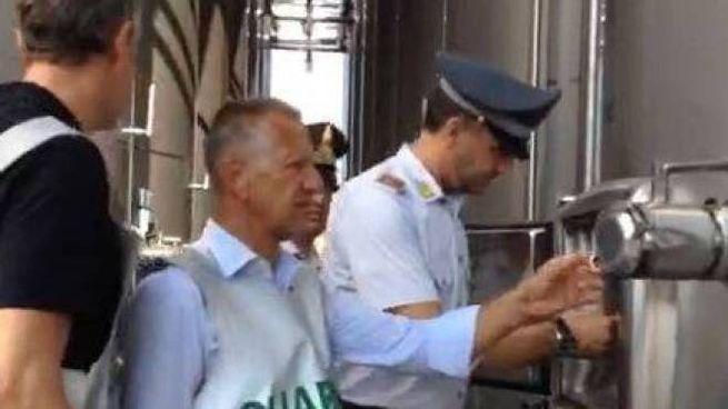 La Guardia di Finanza  sigilla i silos di vino