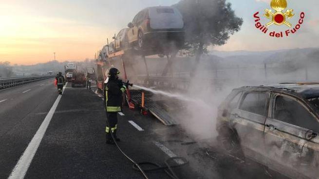 La bisarca andata a fuoco sull'A1 all'altezza di Chiusi
