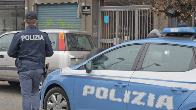 La polizia davanti al palazzo teatro dell'aggressione (Torres)