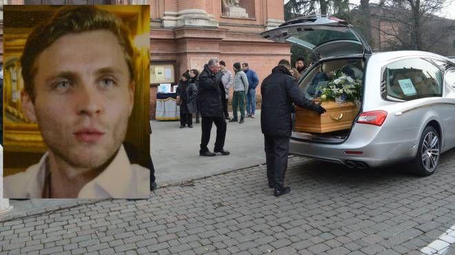 I funerali, nel riquadro Andrea Lombardi