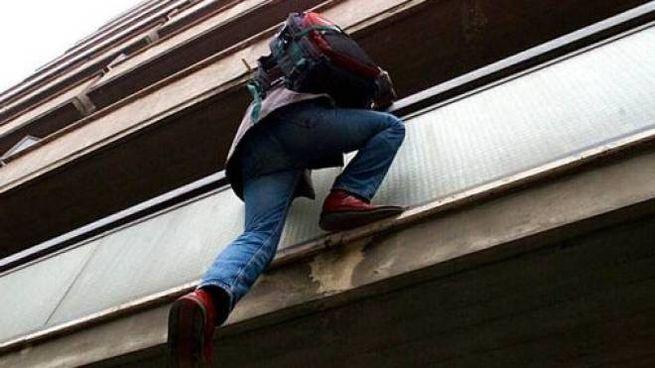 I ladri sono entrati nell'appartamento risalendo la grondaia (foto di repertorio)