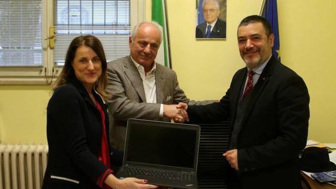 La famiglia Amadori consegna i pc al direttore didattico Giuseppe Messina