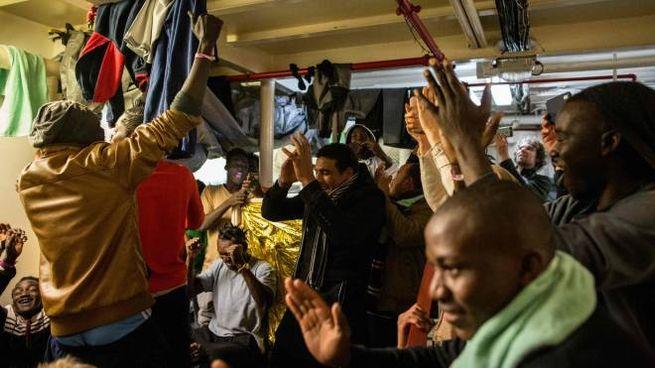 La gioia dei migranti della Sea Watch (LaPresse)