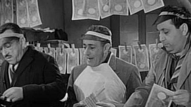 Totò con Peppino e Giacomo Furia nel film «La banda degli onesti» del 1956