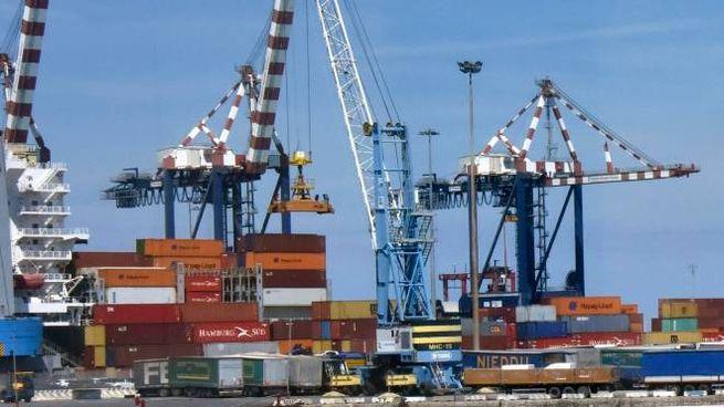 Una panoramica del porto di Livorno, da giorni al centro di uno scontro tra compagnie