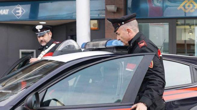 I carabinieri davanti alla banca assaltata
