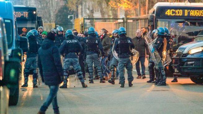 DISPIEGAMENTO DI FORZE Reparti antisommossa presidiavano lo stadio. Caschi e bastoni trovati nei pulmini degli ultras