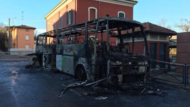 L'autobus divorato dalle fiamme