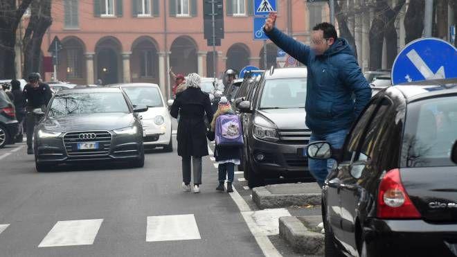 Auto in mezzo alla strada davanti alle scuole Carducci (foto Schicchi)