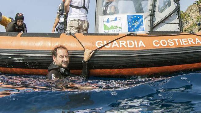 Leonardo D'Imporzano ha rimosso una rete dal fondo col supporto della Guardia Costiera