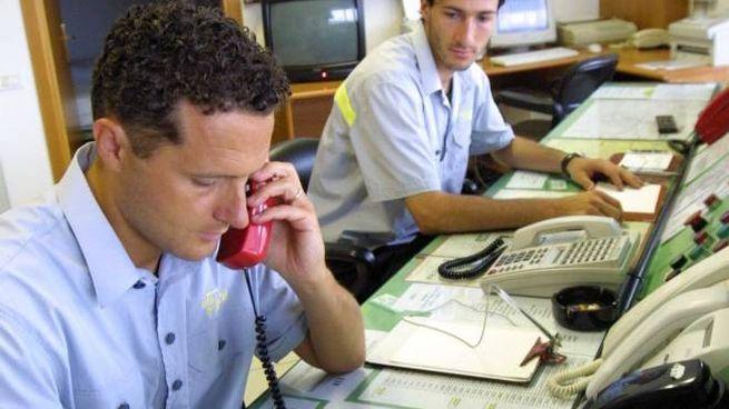Operatori al telefono di un centralino: per chi vuol parlare con Asl e Inps sono tempi duri (Foto d'archivio)