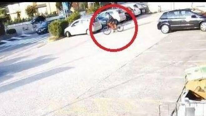 Il 21enne aveva rubato  anche una bicicletta a Cesana ma era stato immortalato