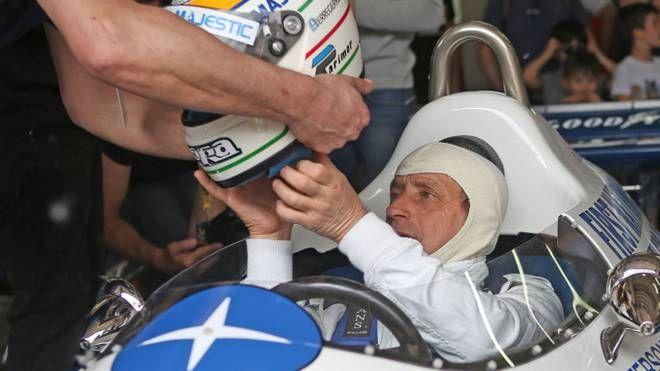 SUCCESSI Pierluigi Martini al Minardi Day riceve il casco al volante  della Tyrrell  a sei ruote