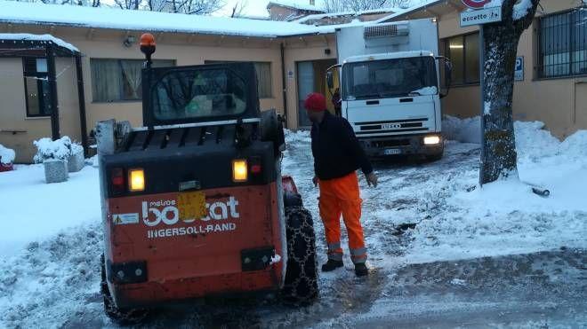 Neve, un mezzo in azione a Cingoli (Foto Centanni)