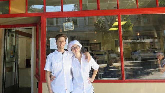 Mattia Cosmi con Alice Romagnoli fuori dal loro locale
