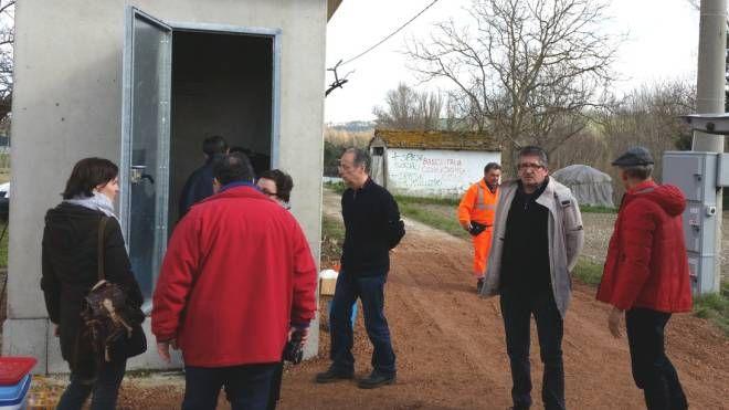Tecnici durante le operazioni di analisi alla sorgente 'San Lorenzo in Villis' dove dovrebbe sorgere il parco termale