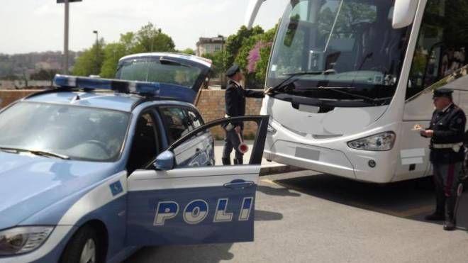 Gli agenti della Polizia stradale hanno bloccato il pullman che portava gli studenti perchè non a norma