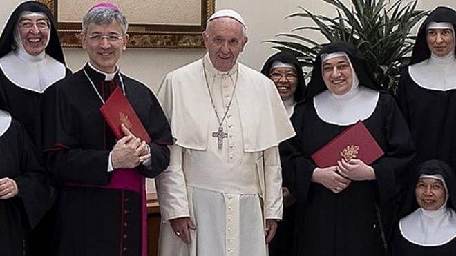 Papa Francesco con le Clarisse durante un incontro a Roma (Foto archivio)