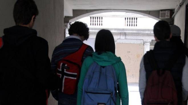 Un gruppo di ragazzi all'uscita da scuola