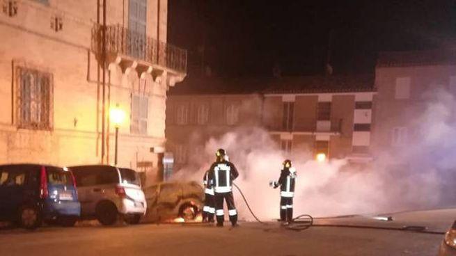 Auto in fiamme e intervento vigili del fuoco