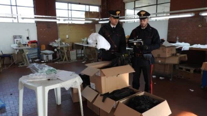 I carabinieri nel capannone dove è avvenuto il blitz