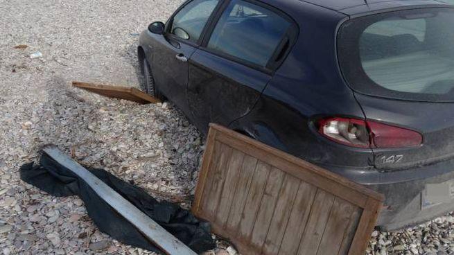 Le tavole usate per tentare di rimuovere il veicolo