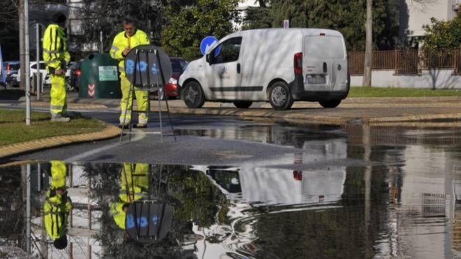 La perdita d'acqua alla Sacra Famiglia (foto Attalmi)