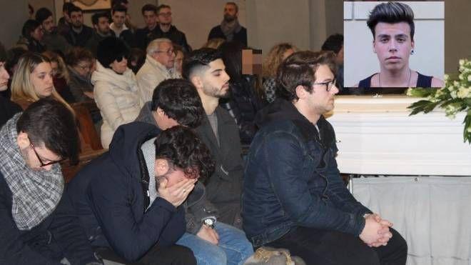 In centinaia al funerale di Davide Bellimbusto