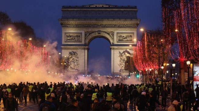Scontri sugli Champs-Elysées (Lapresse)