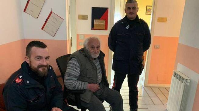 Benedetto Manfucci finalmente al caldo nella stazione dei carabinieri di Apecchio dopo 4 giorni passati all'addiaccio