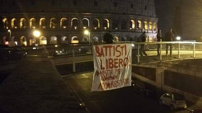 """Lo striscione """"Battisti libero"""" (Dire)"""