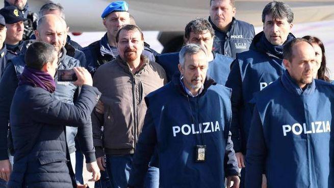 Cesare Battisti appena sceso dall'aereo a Ciampino (Ansa)