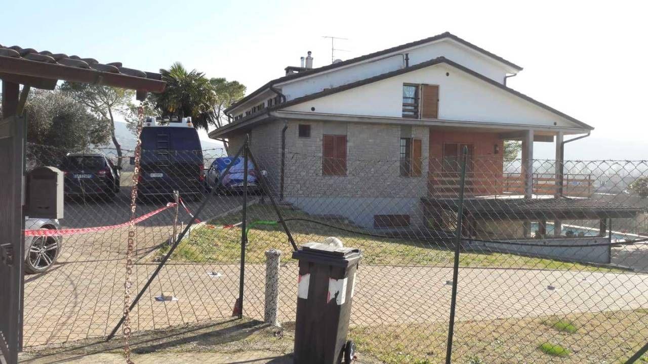 Donna trovata morta in casa, è stata uccisa a coltellate