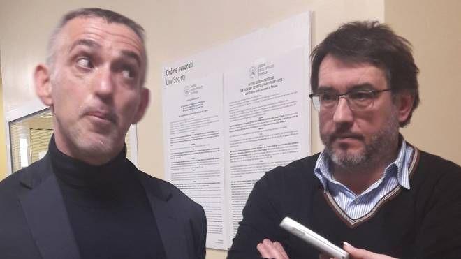 L'avvocato difensore Francesco Manetti (a sinistra) in una pausa del processo insieme al dottor Guido Porcellini