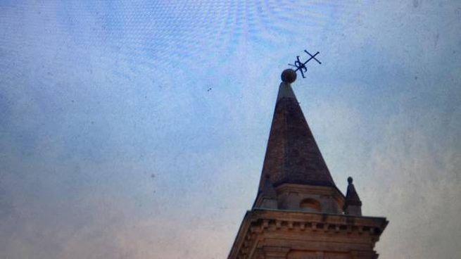 La croce della chiesa di Sant'Isaia in bilico