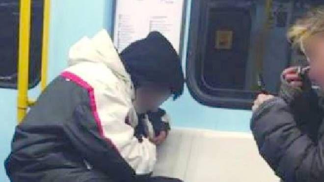 L'immagine choc del tossicodipendente fuma eroina sul metrò della linea gialla
