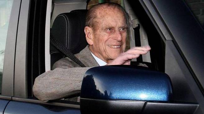 Il principe Filippo a 97 anni ha fatto un incidente d'auto: guidava lui