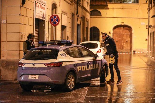 Morto durante un controllo di polizia: la dinamica, l'uomo era ammanettato