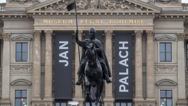 Piazza San Venceslao a Praga con i poster che ricordano Jan Palach (Ansa)