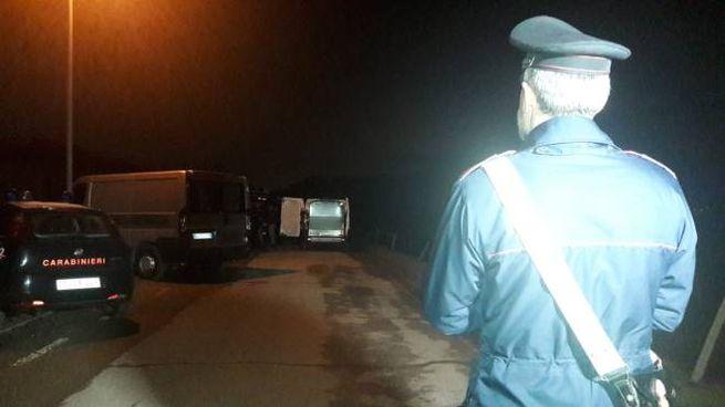 Carabinieri sul luogo del ritrovamento del cadavere