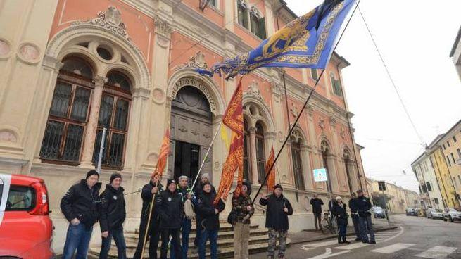 Un momento della manifestazione davanti al tribunale (Foto Donzelli)