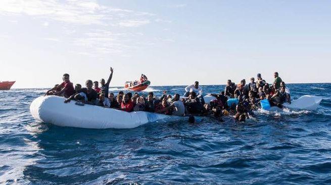 Migranti su un gommone nel gennaio 2018 (Ansa)